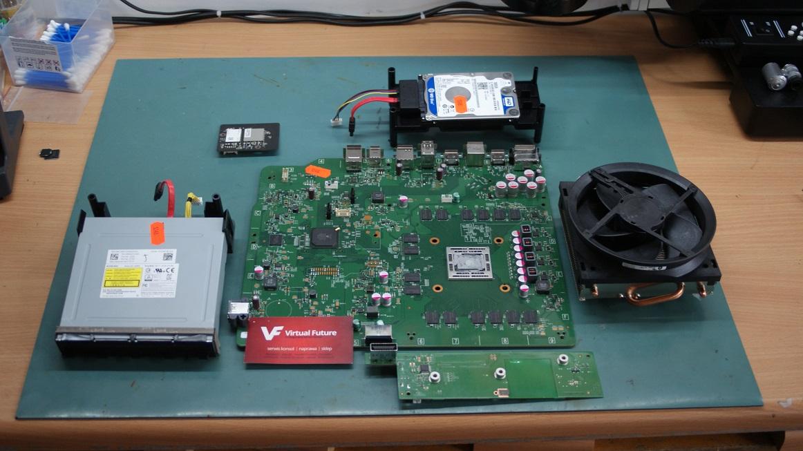 Zdemontowana płyta główna konsoli Xbox ONE